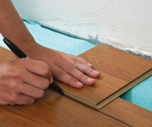 Как положить ламинат на пол