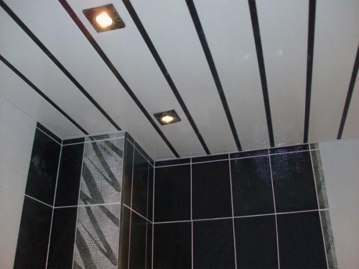 черно белый реечный потолок