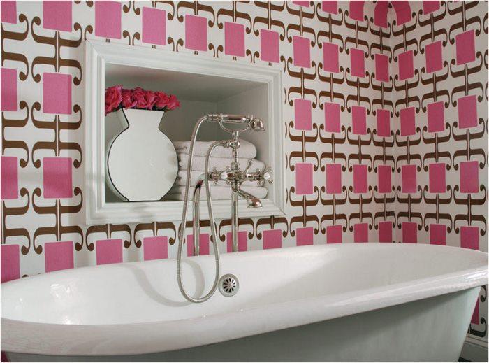 розовые обои в ванной