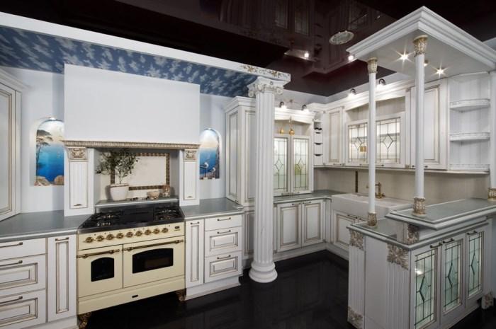 кухня с античным орнаментом