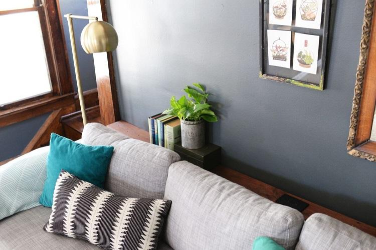 Консольний столик за диваном