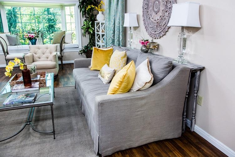 стол между стеной и диваном