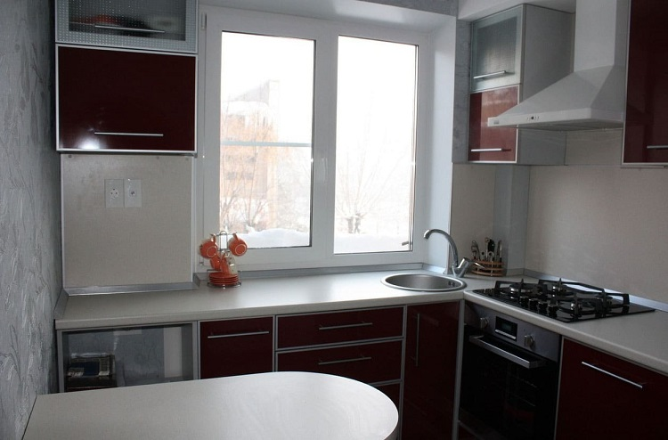 кухонный гарнитур у окна