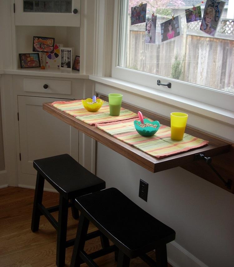 откидной стол на кухне у окна